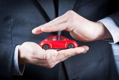 Modellino di auto tra due mani