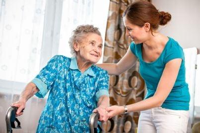 donna giovane aiuta anziana concetto assistenza disabili
