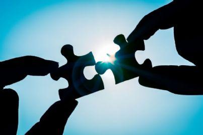 due pezzi di puzzle che si uniscono