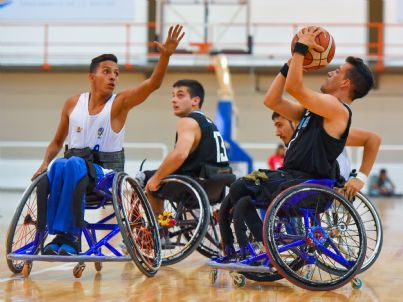 atleti paralimpici giocano a basket