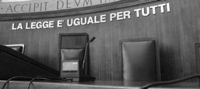 aula tribunale con sfondo legge uguale per tutti