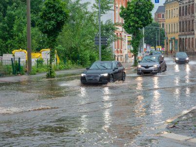 auto in aquaplaning per pioggia