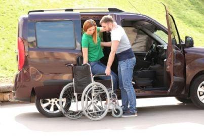auto per disabile con sedia a rotelle