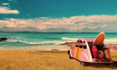 auto sulla spiaggia con mare davanti