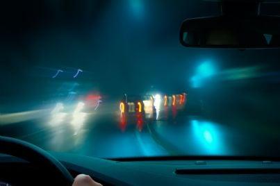 auto con luci accese di notte