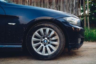 auto blu parcheggiata