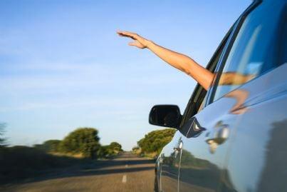 automobilista che guida con braccio fuori dal finestrino