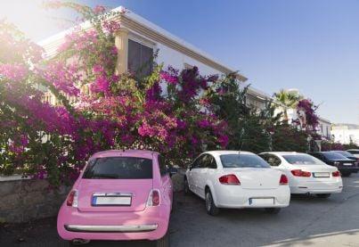 auto parcheggiate nel cortile di un condominio