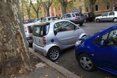 auto parcheggiata contromano