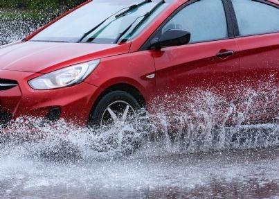 auto solleva acqua pozzanghera schizzando
