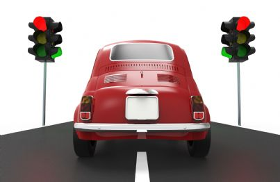 auto ferma al semaforo rosso