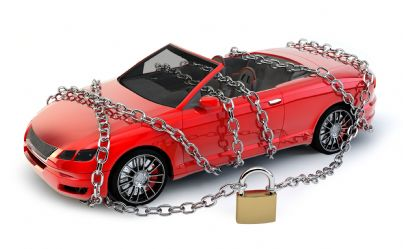 auto sequestrata con lucchetto e catene