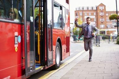 passeggero che cerca di prendere autobus
