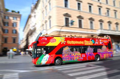 autobus rosso che gira per le vie di Roma