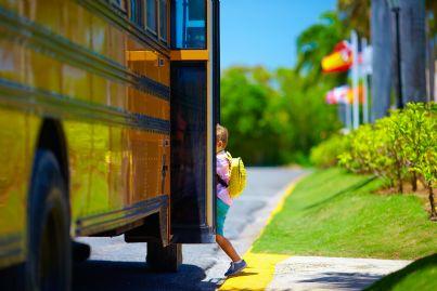 bambino sale su autobus scuola
