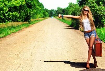 donna che fa autostop