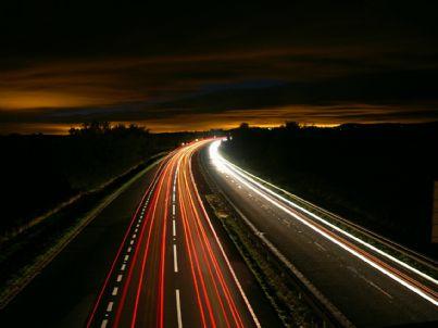 Foto di un'autostrada di notte vista dall'alto