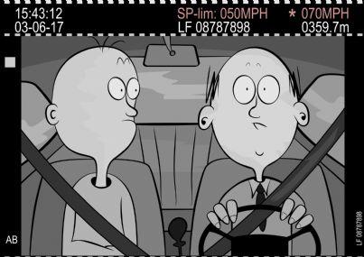 due uomini in auto vignetta con telecamera che segnala autovelox