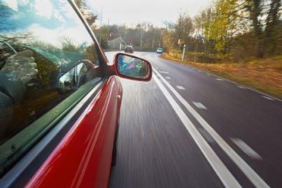 apparecchio autovelox su strada a scorrimento veloce