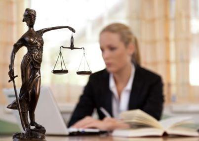 Avvocatessa dietro una scrivania