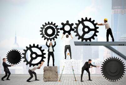 uomini e donne muovono ingranaggi per lavoro difficile di squadra