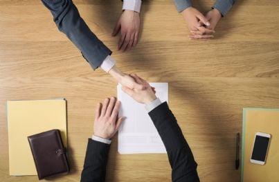 uomini affari che fanno accordo