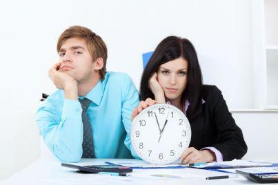 uomo e donna che attendono qualcuno nervosi