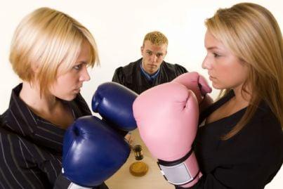 due avvocati donne che si fanno guerra coi guantoni in udienza