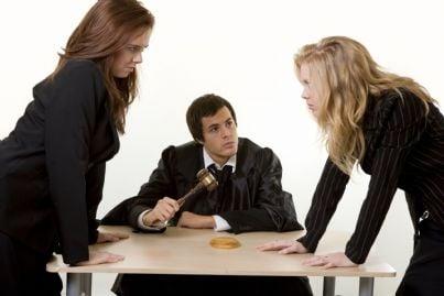 avvocati durante una lite di fronte al giudice