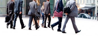 gruppo di uomini di affari cammina per strada