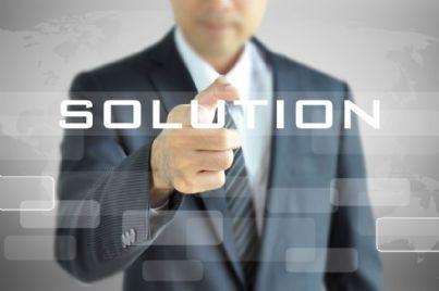 avvocato che tocca soluzione digitale