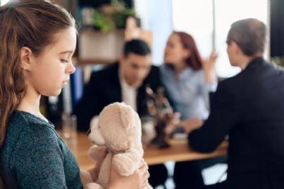 bambina in studio di avvocato per divorzio dei genitori