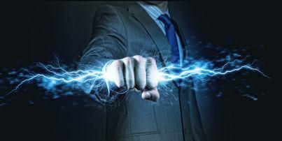 avvocato che stringe un flash nel pugno