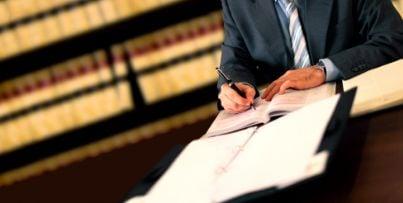 avvocato scrive notaio leggi sentenza giustizia contratto