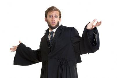 avvocato stupito che indossa una toga