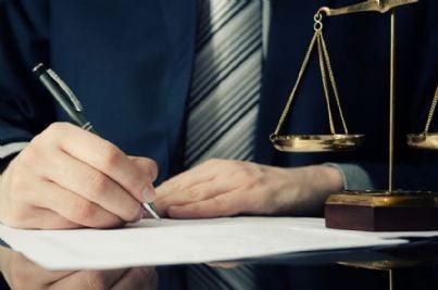 avvocato che firma contratto