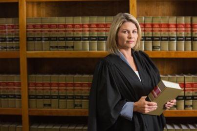 Avvocatessa che indossa la toga in una libreria