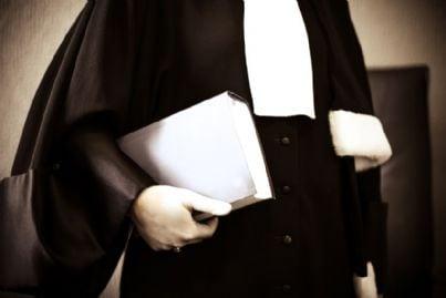 avvocato con toga e codice