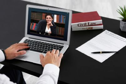 avvocato in videoconferenza con pc e codici