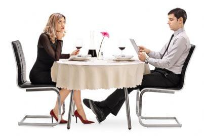 avvocato a cena lavora trascurando la propria donna