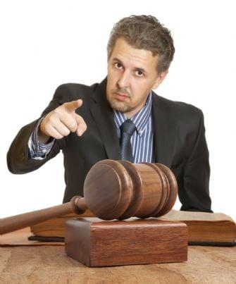 avvocato arrabbiato che punta il dito
