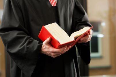 avvocato in toga sfoglia codice