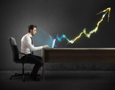 uomo al computer con luce flash a forma di freccia