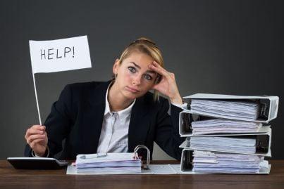 donna stressata dal troppo lavoro chiede aiuto