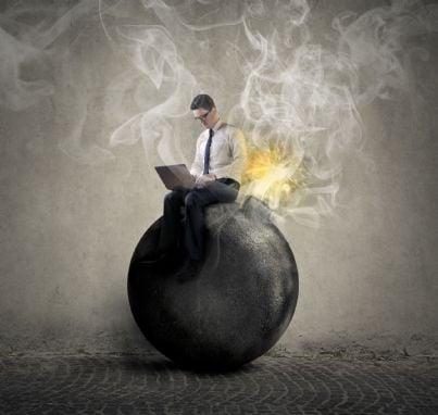 uomo seduto su una bomba pronta a scoppiare