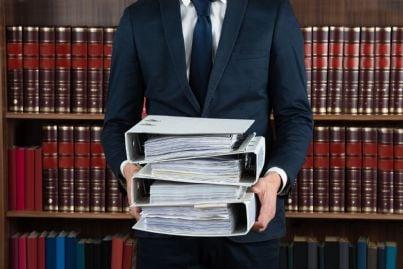 avvocato con in mano fascicoli cancelleria