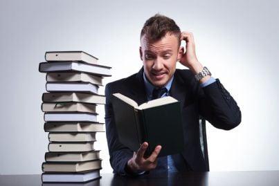 avvocato di fronte a tanti libri da studiare concetto formazione continua