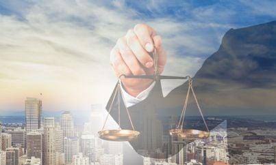 giudice che regge bilancia simbolo di giustizia