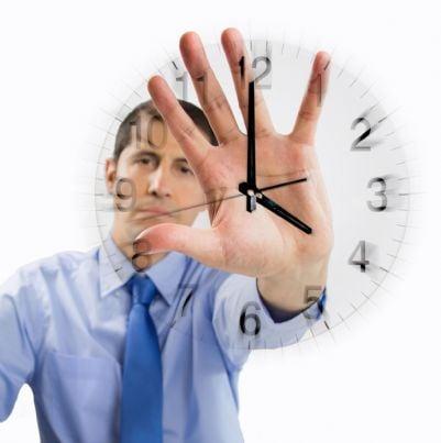 avvocato che mostra orologio