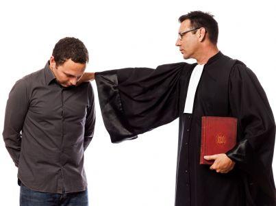 avvocato che mette una mano sulla spalla del cliente
